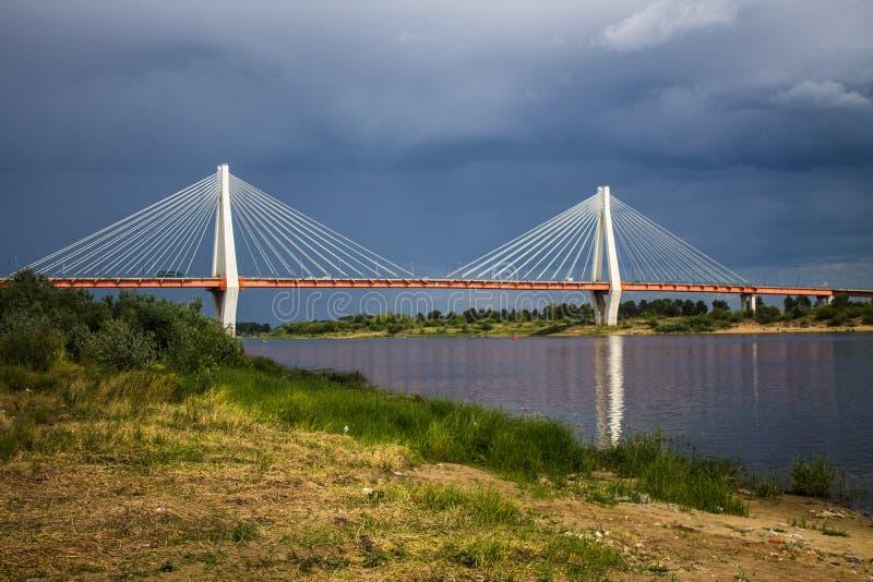 Ampuła zostawał bridżową nad Oko rzeką w Mur, Rosja obraz royalty free