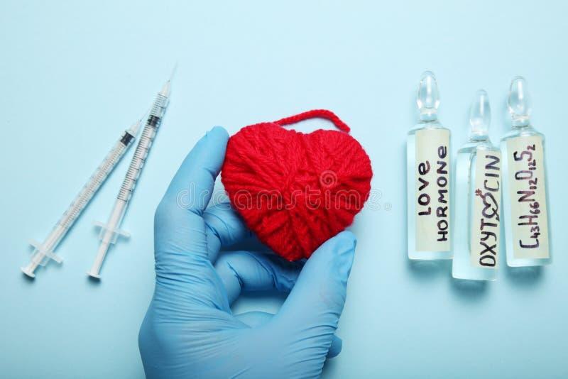 Ampułki z oxytocin, miłość hormon Biochemie w ciele fotografia stock