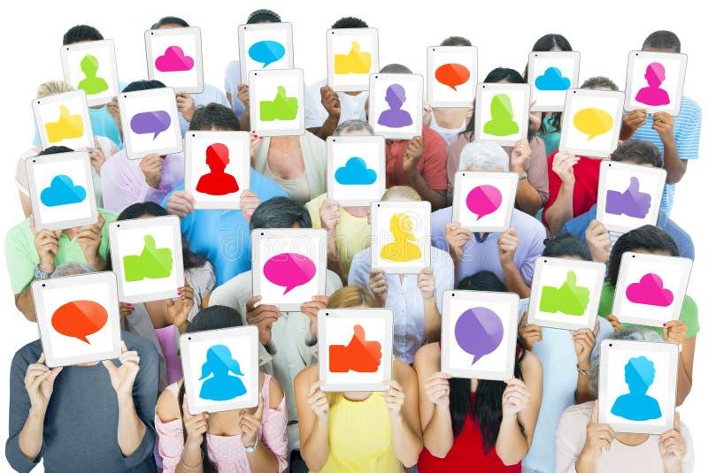 Ampuły grupa Światowi ludzie Trzyma Cyfrowych pastylki z Ogólnospołecznymi Medialnymi ikonami obraz royalty free