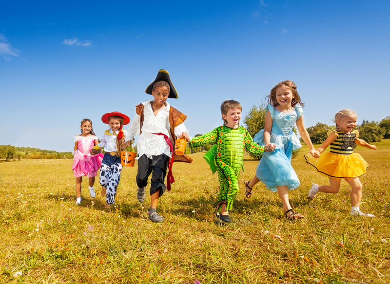 Ampuły grupa dzieciaki w Halloweenowym kostiumu bieg obrazy royalty free
