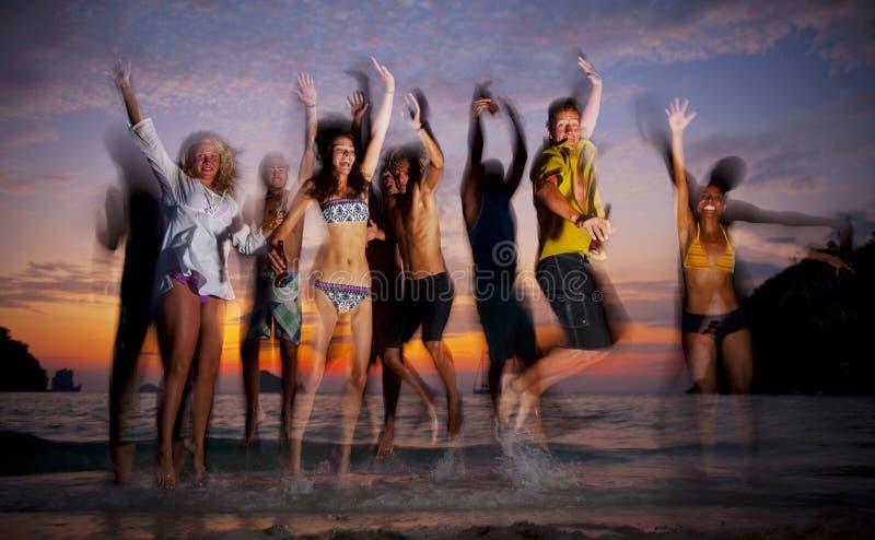 Ampuły grupa młodzi ludzie cieszący się wyrzucać na brzeg przyjęcia zdjęcie royalty free