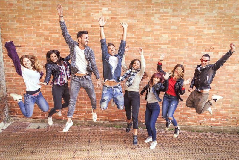 Ampuły grupa przyjaciele skacze wpólnie mieć zabawę fotografia royalty free