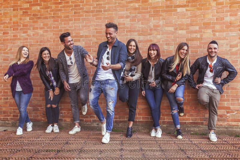 Ampuły grupa przyjaciele spotyka mieć zabawę fotografia royalty free