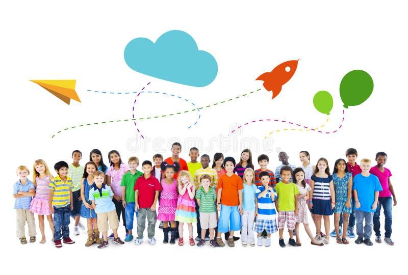 Ampuły grupa Wieloetniczne dziecka dzieciństwa aktywność zdjęcie royalty free