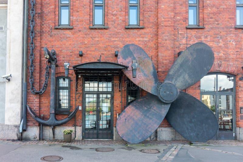Ampuły kotwica i śruba na ścianie stary dom, Helsinki, Fi zdjęcia stock