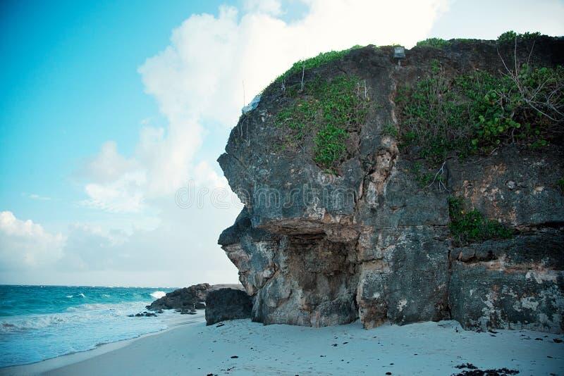 Ampuły skała na wybrzeżu obrazy stock