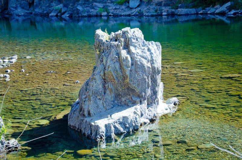Ampuły skała w rzece zdjęcie royalty free