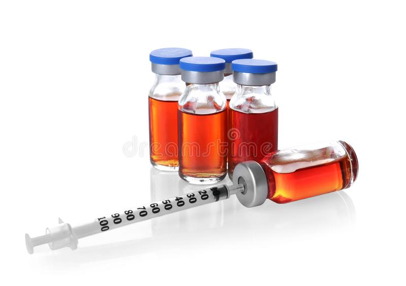 Ampules mit Impfstoff und Spritze stockfotos