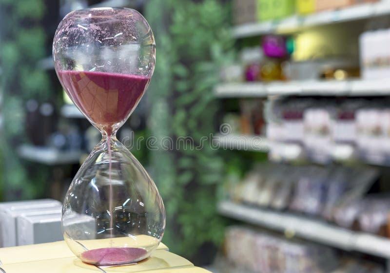 Ampulheta com a areia roxa para medir o tempo Ampulheta do vintage imagem de stock royalty free
