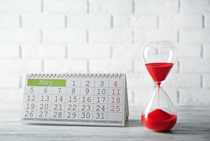 Ampulheta com calendário fotografia de stock