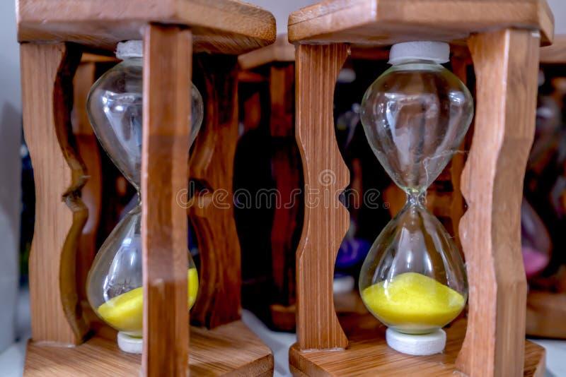 Ampulheta de vidro amarela, dispositivo usado para medir a passagem do tempo fotografia de stock royalty free