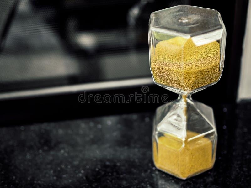 Ampulheta moderna do hexágono com a semente dourada da areia fotografia de stock royalty free