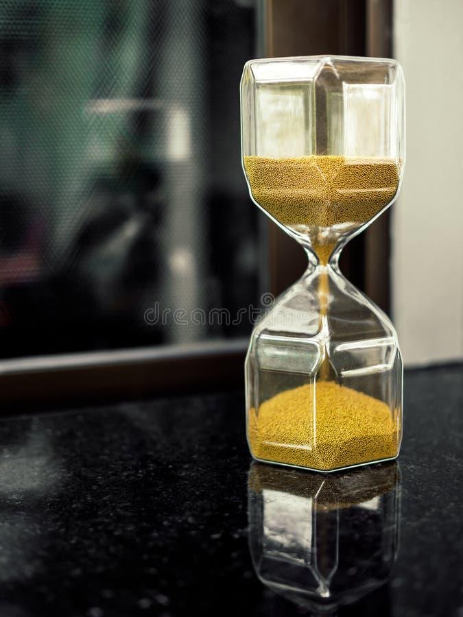 Ampulheta moderna do hexágono com a semente dourada da areia foto de stock royalty free