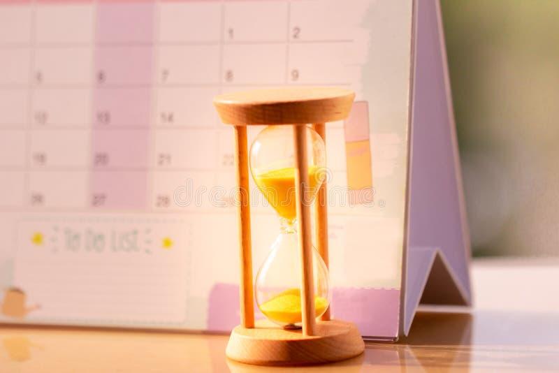 Ampulheta no conceito do calend?rio pela hora que desliza afastado para a data importante da nomea??o fotos de stock