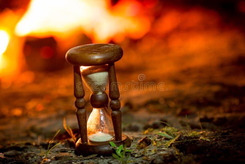 Ampulheta perto do fogo fotografia de stock