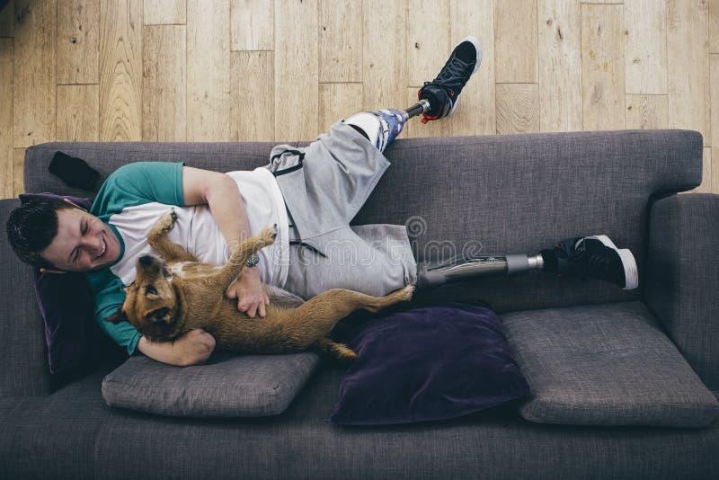 Amputierter und sein Hund lizenzfreie stockfotos