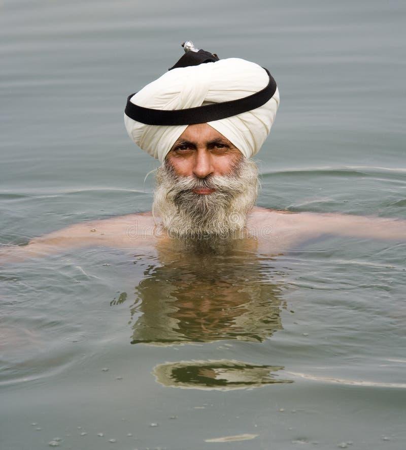 Amritsar - сикхский человек купая в священнейшем бассеине стоковые изображения