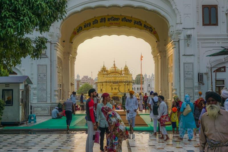 Amritsar, India - 8 luglio 2017: Il tempio dorato sacro in mezzo al lago sacro Ogni giorno decine di migliaia di gente a fotografie stock libere da diritti