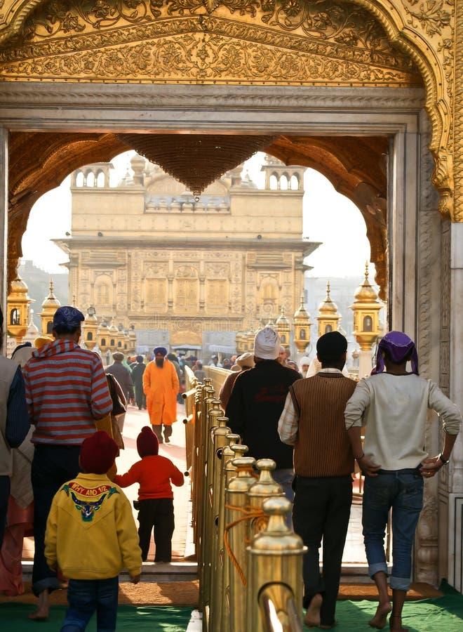 amritsar wchodzić do świątynnych złotych ludzi fotografia royalty free