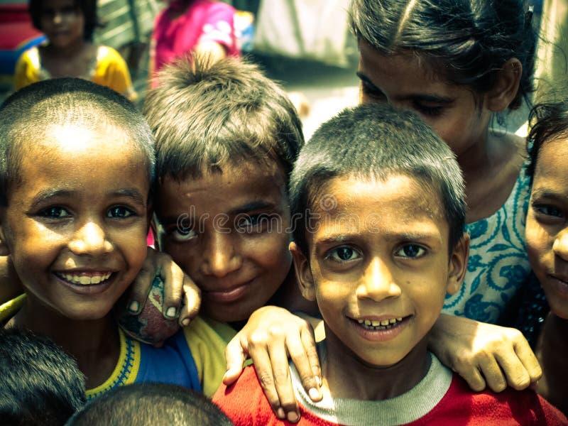 Amroha, Pradesh assoluto, INDIA - 2011: Gente povera non identificata che vive nei bassifondi immagine stock