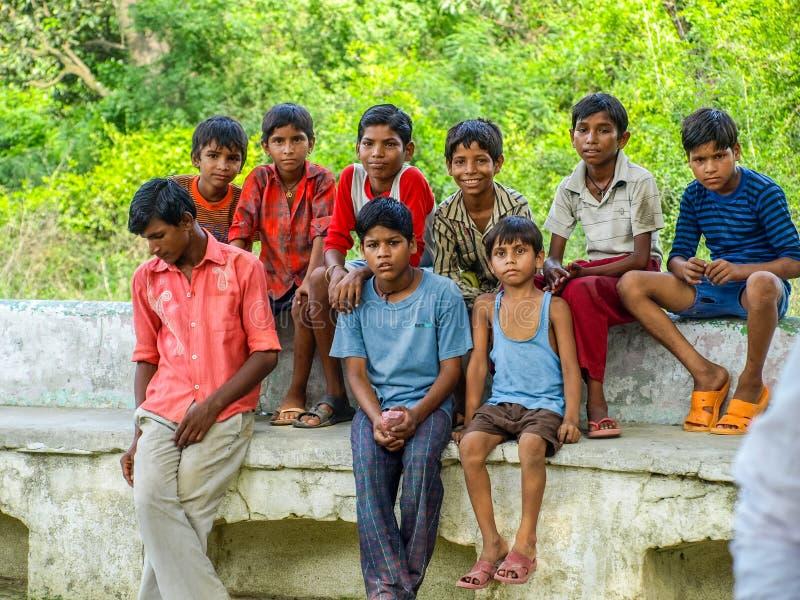 Amroha, Uttar Pradesh, ÍNDIA - 2011: Crianças indianas do smilimg das batidas imagem de stock