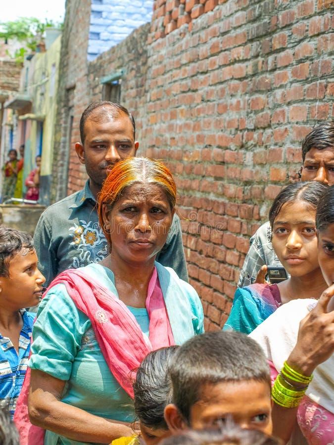 Amroha, Uttar Pradesh, Índia - 2011 - um grupo de povos e de crianças do adukt que vivem nos precários fotos de stock