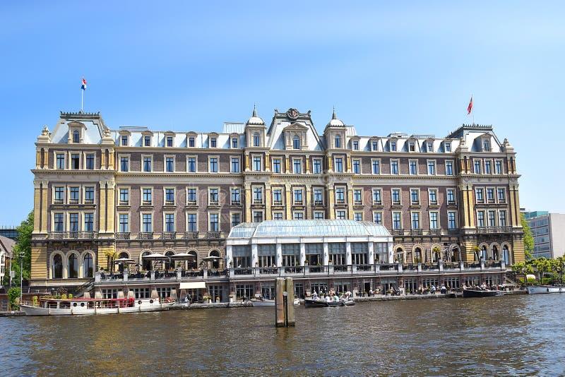 Amstel för fem stjärna hotell på banken av den Amstel floden, Amsterdam arkivfoton