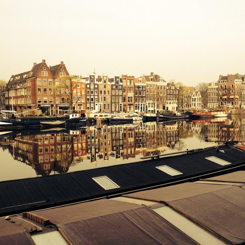 Amstel kanał z starymi dworami i houseboats w centre Amsterdam holandie zdjęcie stock