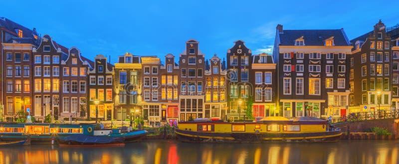 Amstel rzeka, kanały i noc widok piękny Amsterdam miasto, Holandie obraz royalty free