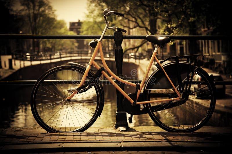 Amsterdão. Canal romântico, bicicleta fotos de stock royalty free