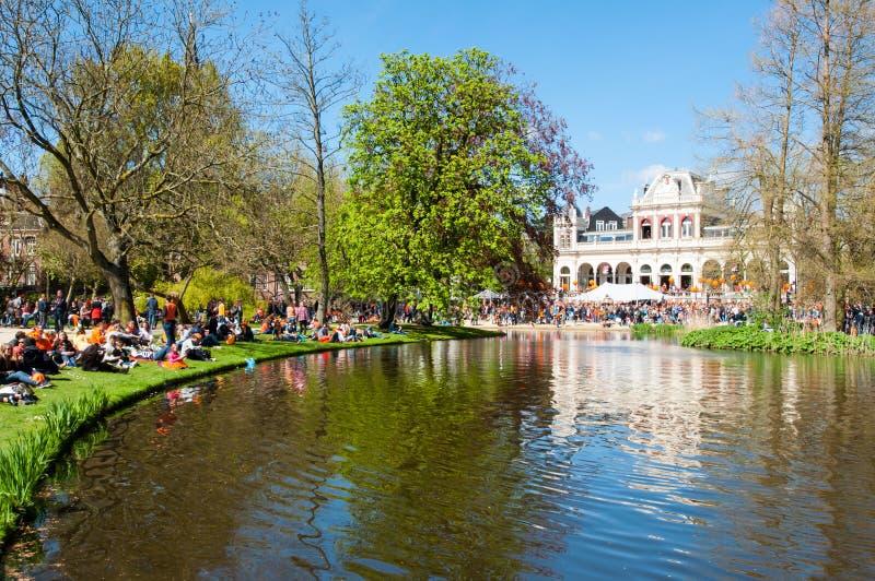 AMSTERDÃO 27 DE ABRIL: Os Locals na laranja comemoram o Dia do rei em abril em 27,2015 em Vondelpark, os Países Baixos imagens de stock