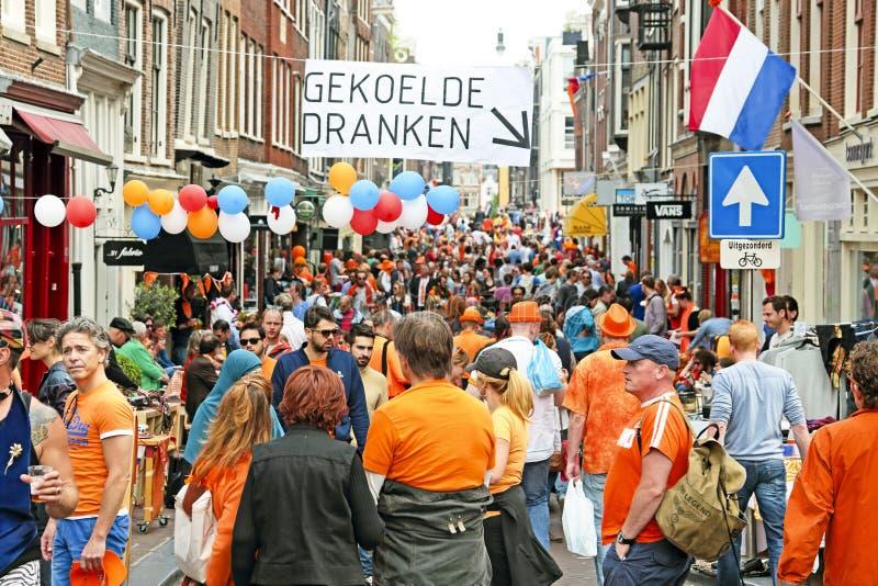 AMSTERDÃO - 26 DE ABRIL: Povos op completos das ruas de Amsterdão no dau das rainhas imagem de stock
