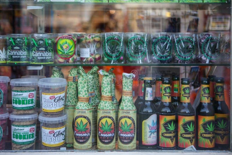 AMSTERDÃO - 13 DE MAIO: Doces e cookies com marijuana para a venda no coffeeshop o 13 de maio fotografia de stock