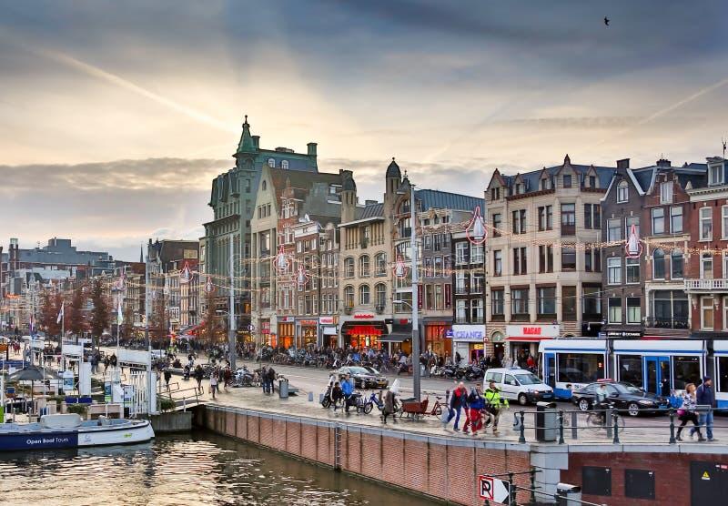 AMSTERDÃO - 2 DE OUTUBRO DE 2016: O canal de Amsterdão na Amsterdão ocidental é o capital e a cidade dentro o mais densamente pov imagem de stock