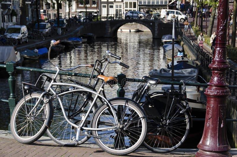 Amsterdão Holland Europe holandesa duas bicicletas na ponte fotos de stock