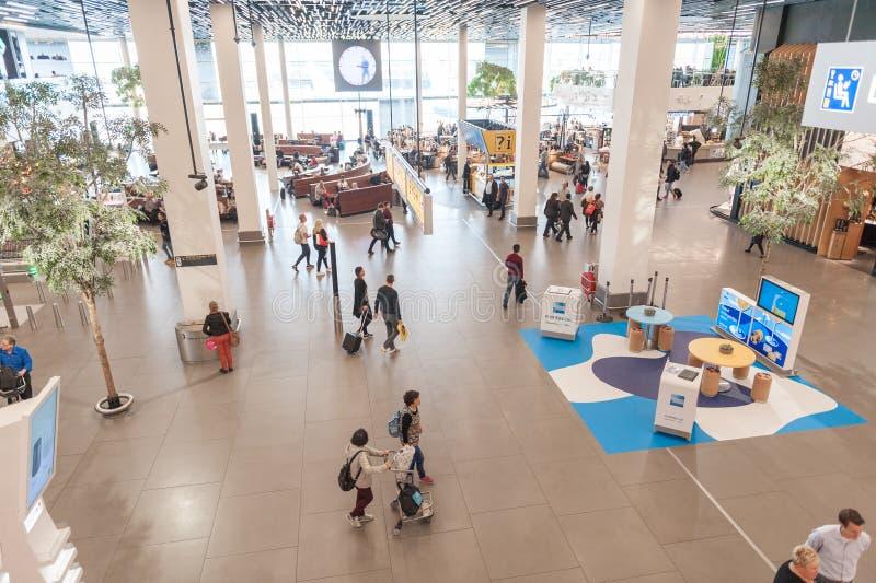 AMSTERDÃO, NETHERLAND - 18 DE OUTUBRO DE 2017: Interior internacional de Schiphol do aeroporto de Amsterdão com passageiros Área  fotografia de stock royalty free