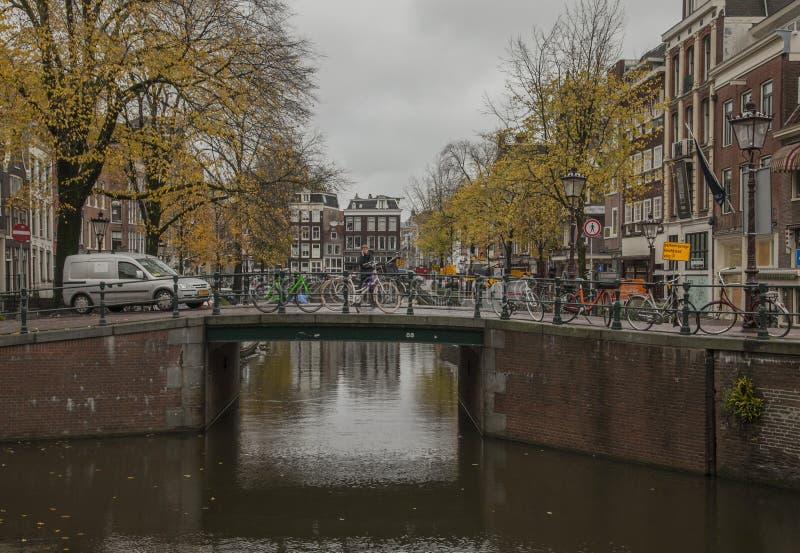 Amsterdão no outono, nos canais e nas ruas; um dia nebuloso fotografia de stock