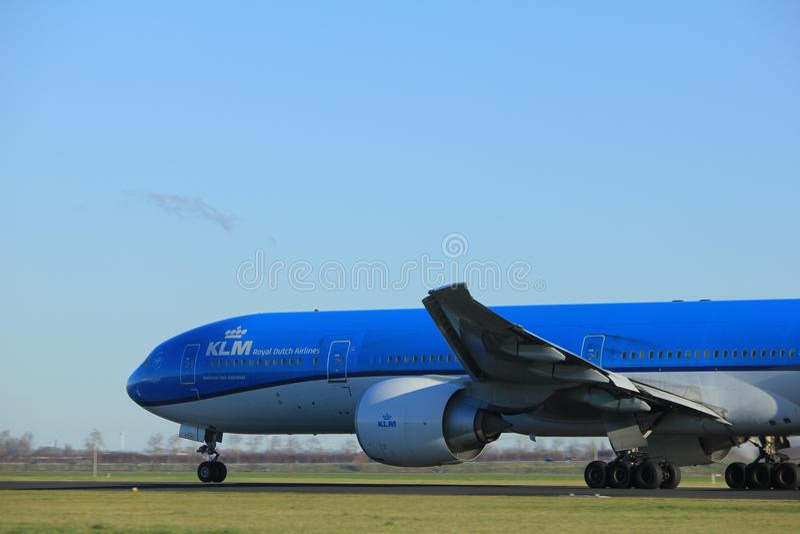 Amsterdão os Países Baixos - 7 de janeiro de 2018: Linhas aéreas Boeing 777-300 de PH-BVO KLM Royal Dutch fotos de stock royalty free