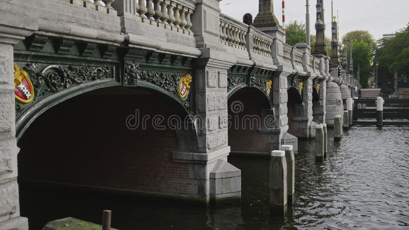 AMSTERDÃO, OS PAÍSES BAIXOS - 18 de outubro de 2016: ponte famosa em Sarphatestraat com símbolos da cidade - x triplo foto de stock royalty free