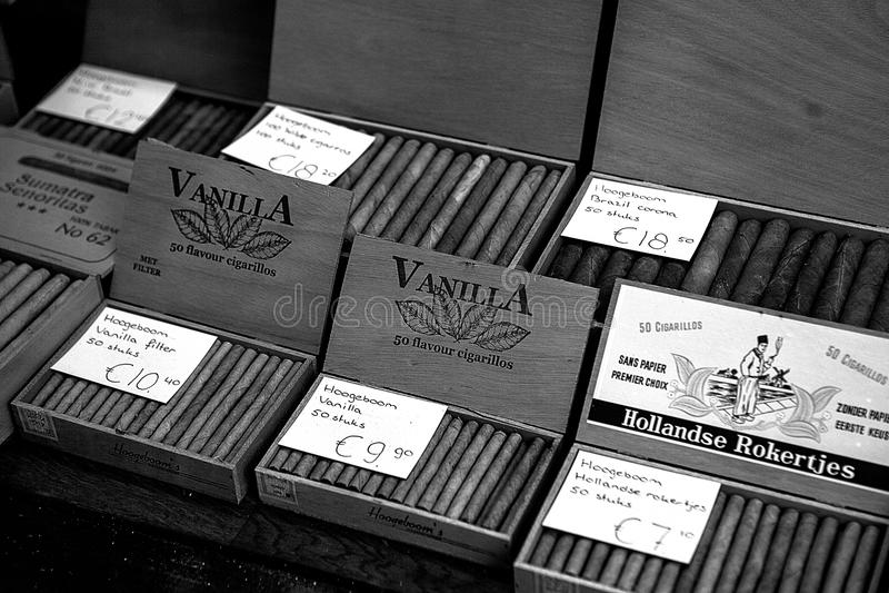 Amsterdão, os Países Baixos, o 2 de janeiro de 2017: As cigarrilha holandesas flavored tradicionais são vendidas no contador em u foto de stock royalty free