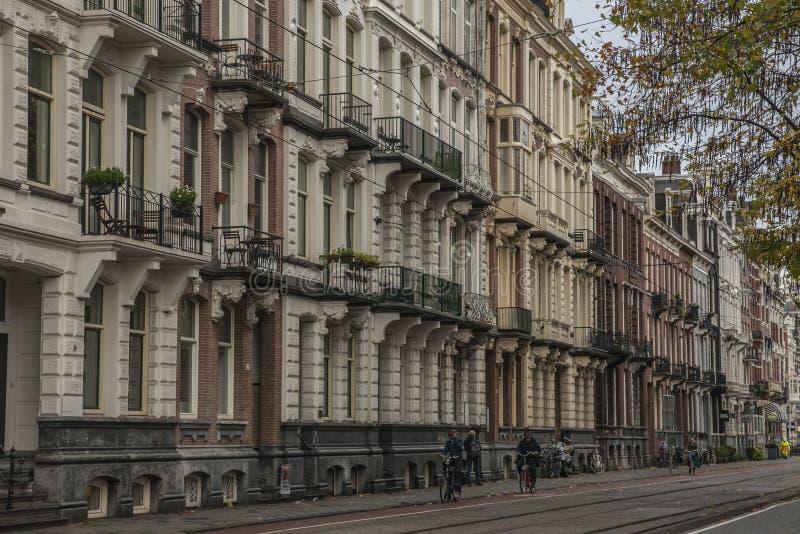Amsterdão, os Países Baixos - ruas e ciclistas imagem de stock
