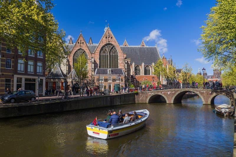 AMSTERDÃO PAÍSES BAIXOS - 25 DE ABRIL DE 2017: Distrito central o 25 de abril de 2017 em Amsterdão Países Baixos fotos de stock royalty free