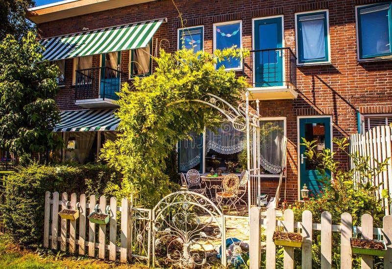AMSTERDÃO, PAÍSES BAIXOS - 15 DE AGOSTO DE 2016: Close-up holandês residencial tradicional das construções Opinião geral da paisa foto de stock