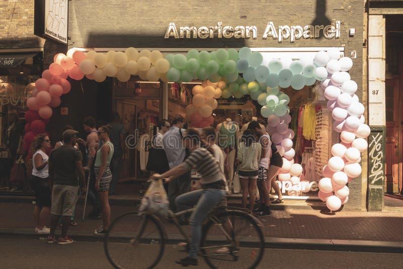 Amsterdão, Países Baixos - 3 de agosto de 2013: Uma imagem do tom da cor do vintage da parada alegre de Amsterdão em um canal em  fotos de stock