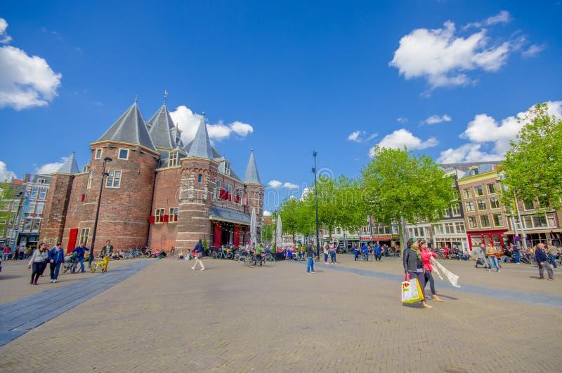 Amsterdão, Países Baixos - 10 de julho de 2015: O Waag, pesa a casa, um resto de paredes anteriores da cidade Construído em 1488 imagens de stock royalty free