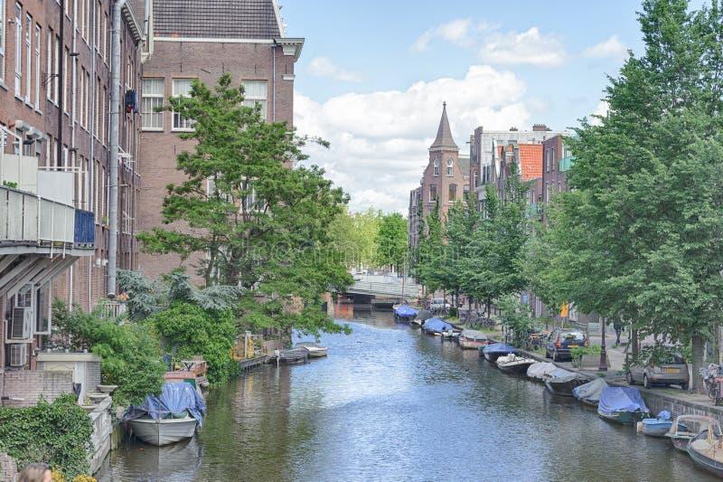 AMSTERDÃO, PAÍSES BAIXOS - 10 DE JUNHO DE 2010: Canais de Amsterdão Amsterdão é a capital e a maioria de cidade populoso dos País foto de stock royalty free