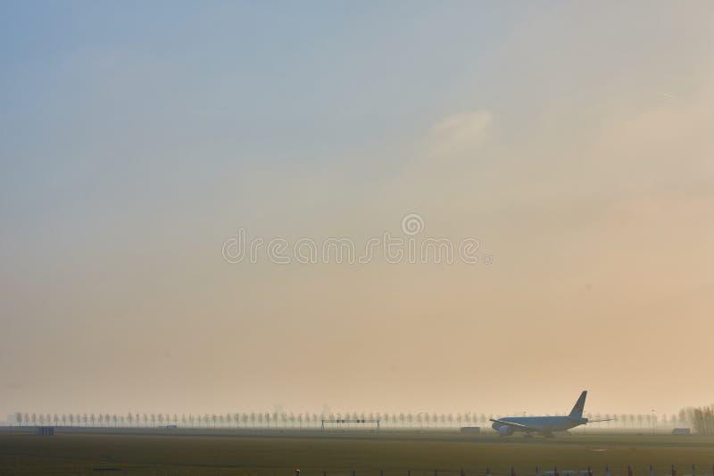 Amsterdão, Países Baixos - 11 de março de 2016: Aeroporto Schiphol de Amsterdão em Países Baixos O AMS é os Países Baixos princip fotografia de stock royalty free