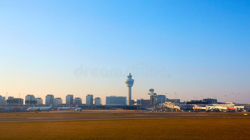 Amsterdão, Países Baixos - 11 de março de 2016: Aeroporto Schiphol de Amsterdão em Países Baixos O AMS é os Países Baixos princip imagens de stock
