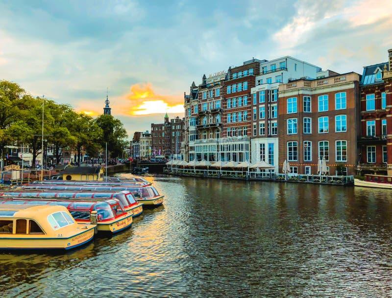 Amsterdão, Países Baixos - 8 de setembro de 2018: Canais da cidade de Amsterdão em Países Baixos imagens de stock