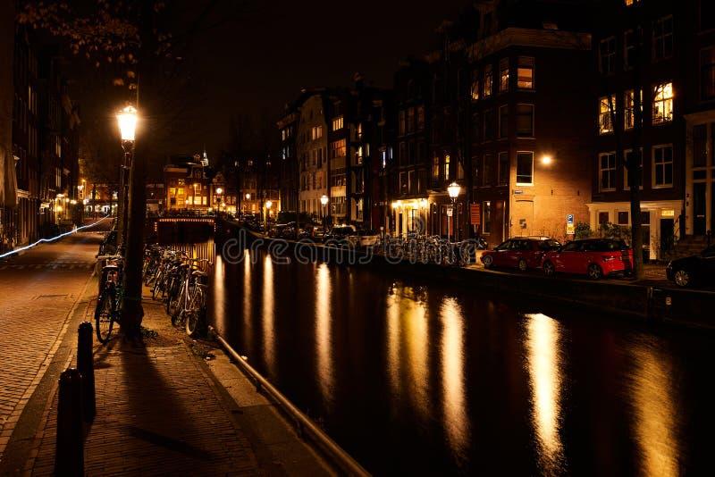 Amsterdão, Países Baixos - em novembro de 2017: Ponte iluminada do canal na noite no canal entre Herengracht e Brouwersgracht fotografia de stock royalty free